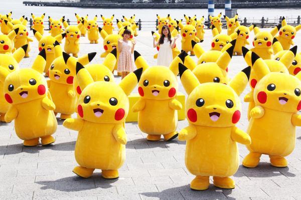 Mascot Pikachu trên đường phố