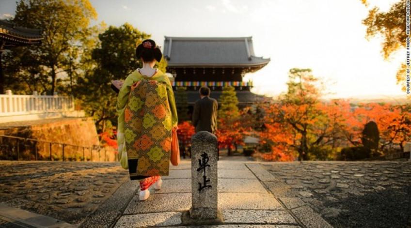 Ở cố đô xứ mặt trời mọc, bạn có thể bắt gặp những cô gái mặc các bộ trang phục kimono truyền thống nhẹ nhàng dạo bước trên phố. Đây là một hình ảnh đặc trưng của Nhật Bản.