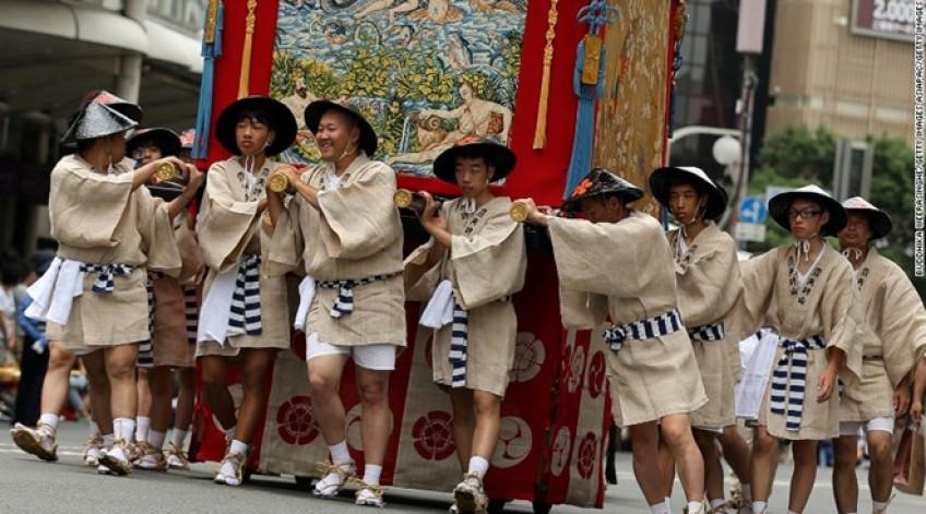 Bắt nguồn từ thế kỷ thứ 9, lễ hội Gion Kyoto thường niên là một trong 3 lễ hội lớn nhất Nhật Bản. Lễ hội là một phần nghi lễ cúng tế các vị thần tạo ra lửa, động đất và lũ lụt.