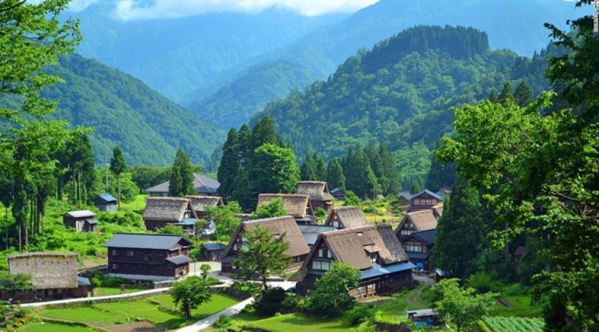 Gokayama là một trong những thị trấn có kiến trúc đẹp nhất thế giới. Ngôi nhà theo kiểu Gassho truyền thống cổ nhất nơi đây đã 400 năm tuổi. Mái nhà dạng tam giác có độ dốc lớn để chống tuyết tích tụ trong mùa đông.