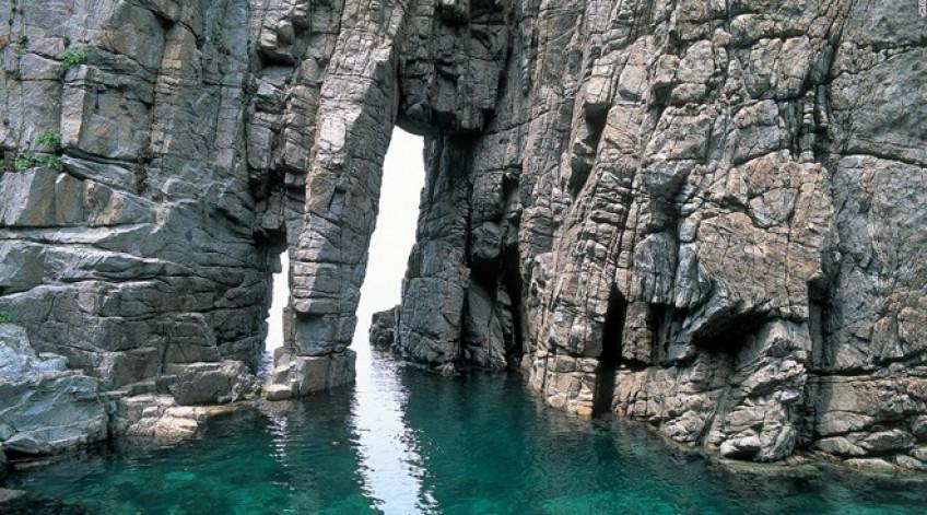 Là một trong những điểm đẹp nhất vịnh Wakasa, Cổng Lớn và Cổng Nhỏ của Sotomo được hình thành do sóng biển xô vào vách đá