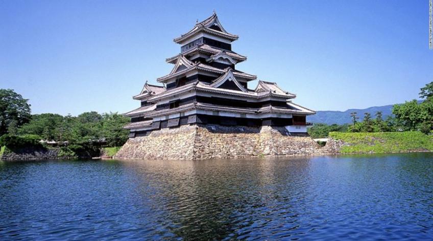"""Được gọi là """"lâu đài quạ"""" do màu sơn đen, Matsumoto là lâu đài gỗ cổ nhất Nhật Bản, được xây dựng từ 400 năm trước."""