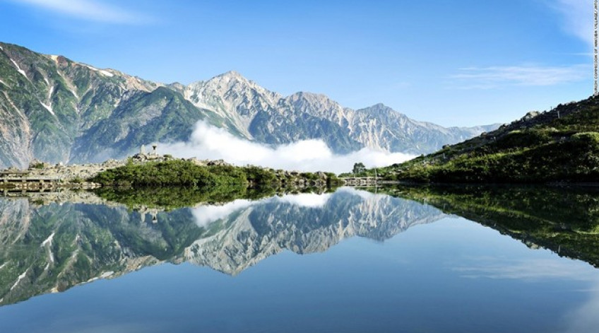 Con đường dẫn tới hồ Happo từ Hakuba, ngôi làng trượt tuyết nổi tiếng, là một trong những đường leo núi đẹp nhất Nhật Bản. Hồ nước nằm ở độ cao 2.060 m so với mực nước biển. Dù không lớn nhưng vẻ đẹp của hồ Happo khiến du khách phải sững sờ.