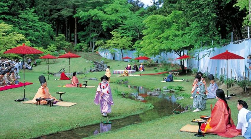 Vào chủ nhật cuối cùng của tháng 5, đền Motsu-ji lại mời những người yêu thơ tới sáng tác cạnh dòng suối trong khuôn viên. Trong lúc họ sáng tác, những chén sake được thả trên dòng suối và đưa tới cho từng người.