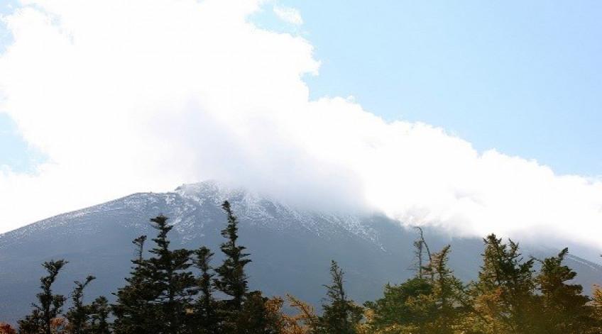 Mùa thu, Phú Sĩ chỉ có một ít tuyết. 2-3 tháng nữa tuyết mới phủ trắng đỉnh núi này. Cao hơn 3.700 m, núi Phú Sĩ (Fujisan trong tiếng Nhật) là ngọn cao nhất Nhật Bản. Đây cũng là một trong những biểu tượng của đất nước mặt trời mọc. Phú Sĩ vốn là một ngọn núi lửa, có địa hình không hiểm trở. Từ chân núi có đường ô tô lên đến độ cao 2.300 m. Tại đây cũng có điểm dừng chân cho du khách ngắm cảnh và cũng là nơi bắt đầu hành trình leo lên đỉnh núi.