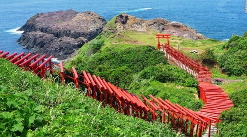 123 cổng Torii màu đỏ rực rỡ trải dọc đường từ đền Motonosumi-inari tới vách đá nhìn ra biển khiến du khách cảm tưởng đang ở một thế giới thần tiên.