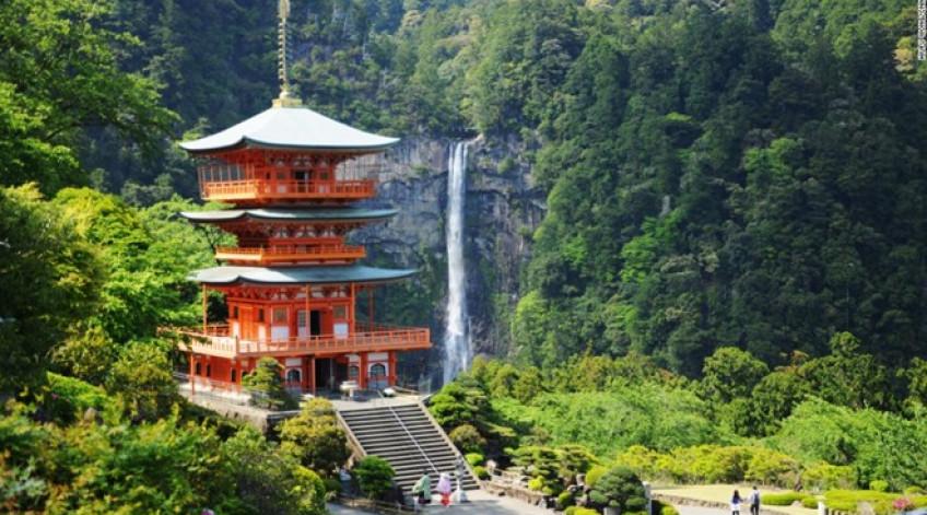 Với độ cao 133 m, Nachi là thác nước lớn nhất Nhật Bản. Cạnh thác có đền Kumano Nachi Taishai với kiến trúc độc đáo và hài hòa với cảnh quan.