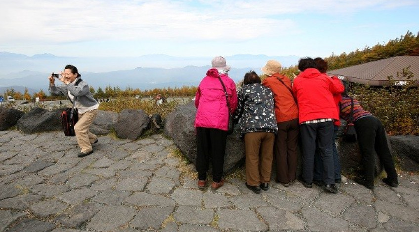 Du khách Nhật Bản chụp ảnh lưu niệm và ngắm cảnh