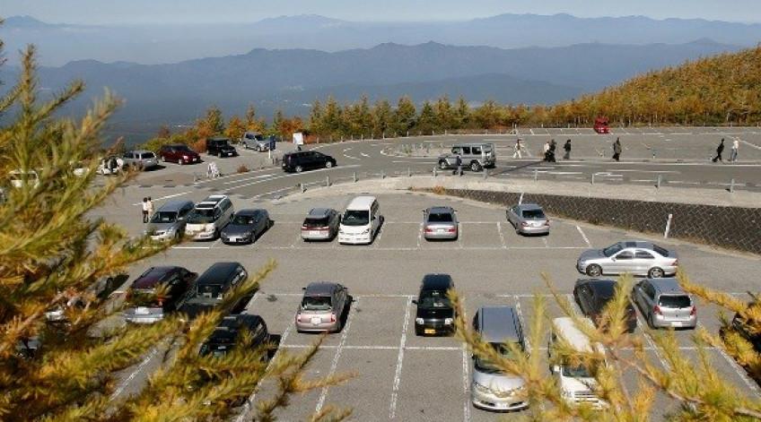 Bãi xe mênh mông ở độ cao gần 2.300 m, nơi du khách phải dừng chân